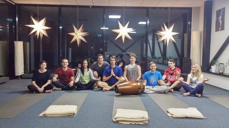 Il Team Hostinger fa yoga